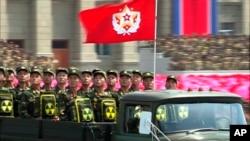 한국전 정전 60주년인 지난 2013년 7월 북한에서 열린 열병식에서 군인들이 방사능 표시가 붙은 배낭을 매고 있다. (자료사진)