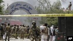 Pripadnici snaga bezbednosti ispred napadnutog hotela Spožmai, nedaleko od Kabula