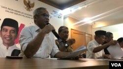 Kiri-kanan: Direktur Program TKN Aria Bima, Anggota TKN Rizal Mallarangeng, dan pengurus TKN lain memberikan pernyataan pers di Media Center di Jakarta, Kamis (23/5/2019). (VOA/Rio Tuasikal)