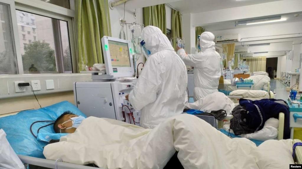 Nhân viên y tế chăm sóc bệnh nhân ở Vũ Hán.