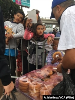 Niños migrantes compran el desayuno del lado mexicano. [A. Martínez/VOA].