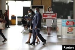 Para pengunjung bandara internasional Nnamdi Azikiwe di Abuja, Nigeria, diwajibkan mengenakan masker selama berada dalam kawasan bandara, yang mulai dibuka untuk penerbangan domestik, 8 Juli 2020.
