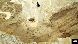 中国江西一个稀土金属矿上有人浇水 (资料照片)