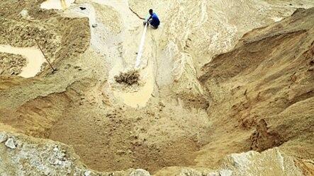 中国江西一个稀土金属矿上有人浇水(2010年12月)