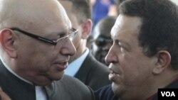 Mantan presiden Paraguay yang digulingkan, Fernando Lugo, dengan sekutunya dari Venezuela, mendiang Hugo Chávez. (Foto: Dok)
