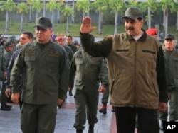 El presidente de Venezuela, Nicolás Maduro (derecha), acompañado por su ministro de Defensa Vladimir Padrino López, saluda a su llegada al Fuerte Tiuna, en Caracas, Venezuela, el 2 de mayo de 2019.
