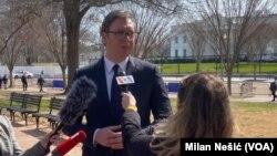 Predsednik Srbije Aleksandar Vučić odgovara na pitanja medija u vašingtonskom Lafajet parku u blizini Bele kuće
