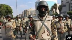Quân đội Ai Cập canh gác gần trụ sở Vệ binh Cộng hòa tại Cairo.