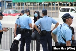 2019年7月7日警察在西九龙高铁车站外对一名行人进行盘查 (美国之音记者申华拍摄)