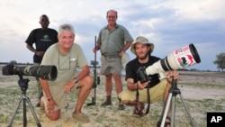 Une équipe de photographes se positionne dans le parc national de Hwange, Zimbabwe, 9 novembre 2014.