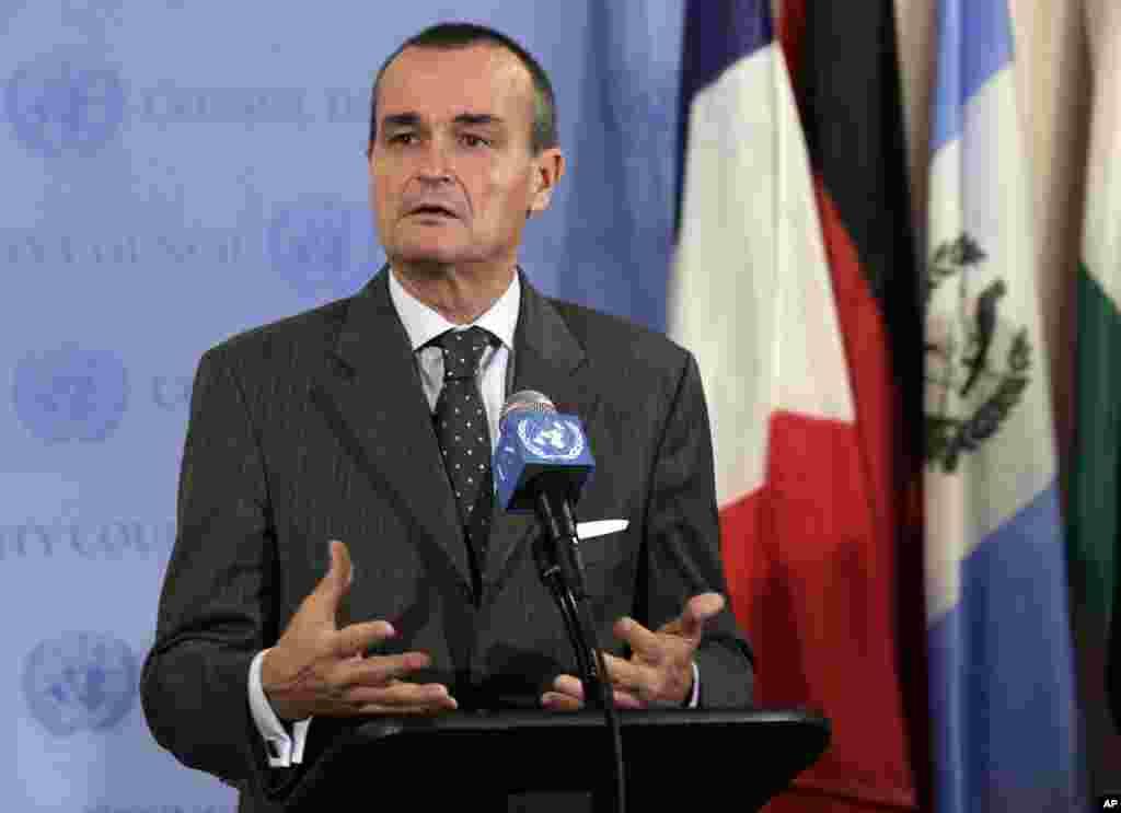 Duta Besar Perancis bagi PBB Gerard Araud, pimpinan Dewan Keamanan saat ini, menjawab pertanyaan wartawan di markas besar PBB setelah pertemuan tertutup PBB mengenai Suriah (16/8).