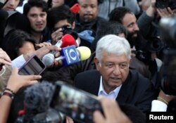 Andrés Manuel López Obrador, favorito en la elección presidencial de México, llega a votar en Ciudad de México. Julio 1 de 2018.