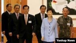 박근혜 한국 대통령(오른쪽 두번째)이 30일 청와대에서 열린 전군 주요지휘관 격려오찬에 한민구 국방부 장관(왼쪽 세번째)과 최윤희 합참의장(오른쪽) 등과 함께 참석했다.