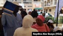 Pr. Mamadou Diop (en bleu) et Dr Fatma Guénoune (en rose) à Dakar, Sénégal, le 6 octobre 2018. (VOA/ Seydina Aba Gueye)