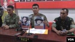Brigjen Rudi Sufahriadi memberikan keterangan pers di Mapolres Poso terkait tewasnya seorang anggota kelompok teroris Santoso, Kamis 10/11 (VOA/Yoanes).
