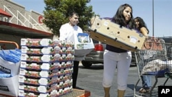 Shoppers unload their items at Costco in Mountain View, California, August 2011. (file photo)