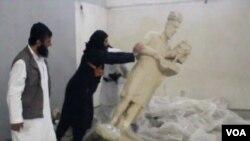 صحنه تخریب اثار باستانی موزیم موصل توسط اعضای گروه دولت اسلامی
