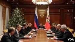 Presiden Rusia Dmitry Medvedev (tengah), memimpin sebuah rapat Dewan Keamanan PBB di kediaman Gorki di luar kota Moskow (13/1).