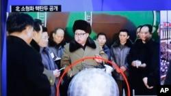 Tin tức về đầu đạn hạt nhân của Bắc Triều Tiên được phát tại một nhà ga xe lửa ở Seoul, ngày 9/3/16.
