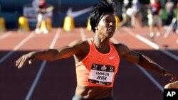 L'Américaine Carmelita Jeter, deuxième sprinteuse la plus rapide de l'histoire sur 100 m, remporte la course sur piste aux championnats d'athlétisme à Eugene, Oregon, 25 juin 2015.