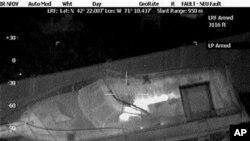 ຮູບທີ່ສະແດງໃຫ້ເຫັນວ່າ ທ້າວ Dzhokhar Tsarnaev ຜູ້ຕ້ອງສົງໄສ ໃນການວາງລະເບີດ ຢູ່ບອສຕັນ ໄດ້ລີ້ຢູ່ໃນເຮືອລຳນຶ່ງ ໃນລະຫວ່າງການຊອກຄົ້ນຫາຜູ້ກ່ຽວ ໃນເມືອງ Watertown ລັດ Massachusetts (19 ເມສາ 2013)