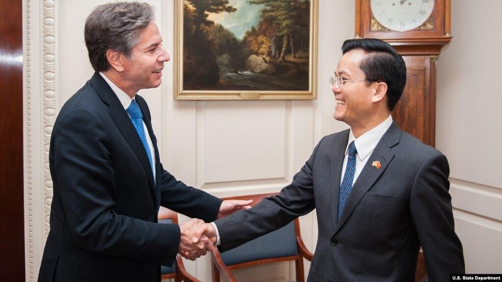 Ông Hà Kim Ngọc (phải) trong cuộc gặp với một quan chức ngoại giao Mỹ năm 2016.