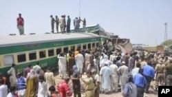 Pejabat dan relawan Pakistan berupaya mengevakuasi korban di lokasi kecelakaan kereta api di Rahim Yar Khan, Pakistan, 11 Juli 2019.