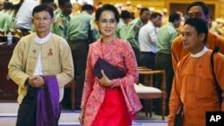 미얀마 새 의회가 출범한 1일 아웅산 수치 여사(가운데)와 민주주의민족동맹 소속 의원들이 하원 정기회기를 참석한 후 의사당 건물을 떠나고 있다.