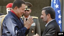 Махмуд Ахмадинежад приветствует Уго Чавеса в Тегеране. Архивное фото. Октябрь 2010г.