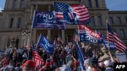 Başkan Donald Trump'ın destekçileri, Joe Biden'ın 3 Kasım başkanlık seçiminin galibi olarak ilan edildiği 7 Kasım günü Michigan eyaletinin başkenti Lansing'deki Eyalet Meclisi önünde gösteri düzenledi.