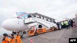 Des passagers embarquent dans un avion à l'aéroport international de N'Djili à Kinshasa, RDC, 9 octobre 2015.