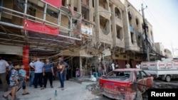 人们聚集在巴格达沙阿布区的一处汽车炸弹袭击现场。(2013年8月28日)
