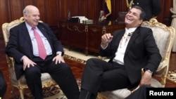 El presidente ecuatoriano Rafael Correa ríe con el secretario general de la OEA, José Miguel Insulza, durante su reunión en el Palacio Carondelet, en Quito.