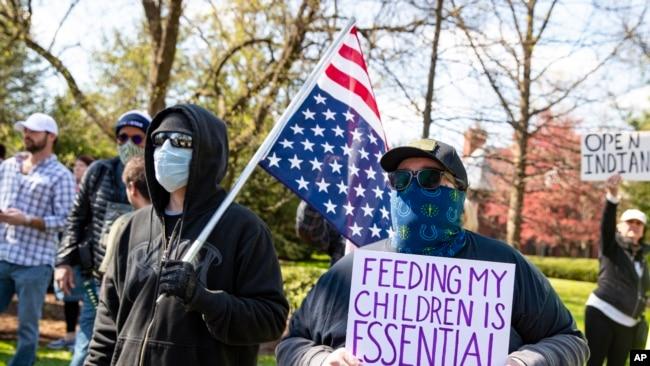 Manifestantes en Indiana piden regresar a sus trabajos.