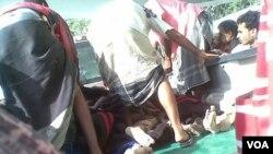 Tentara yang terluka dibawa menjauhi lokasi kejadian bom bunuh diri di dekat ibukota propinsi Abyan, Zinjibar (4/3)