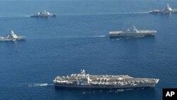 2010年7月26日美核动力航母乔治.华盛顿号(下)与美韩战舰编队参加美韩军演(资料照片)