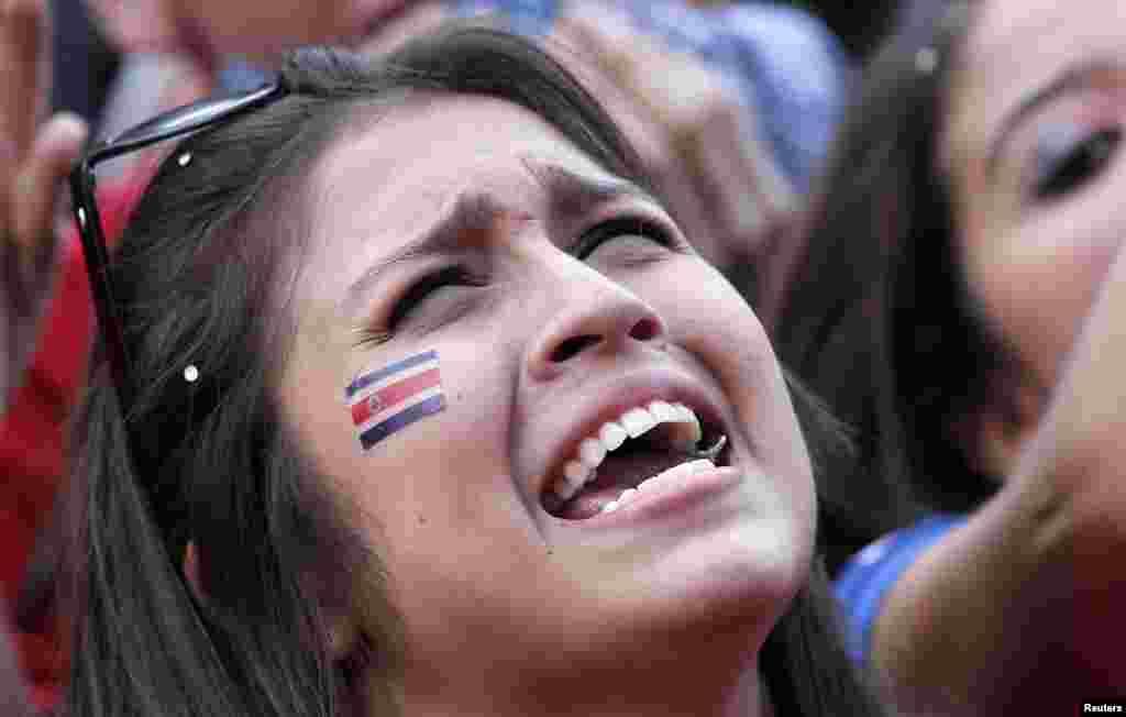 میچ ہارنے کے بعد کوسٹا ریکا کی ایک خاتون اپنے جذبات پر قابو نہ رکھتے ہوئے اشک بار۔