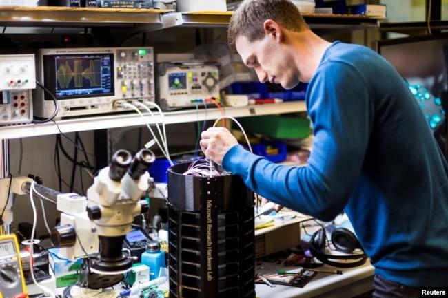 Peneliti, Ethan Jackson, membuat penyetelan purwarupa perangkap nyamuk di laboratorium di Microsoft, dalam foto rilis yang diperoleh Reuters tanggal 30 Juni 2017