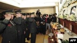 Thủy quân lục chiến Nam Triều Tiên viếng tang lễ của 2 thường dân thiệt mạng vì cuộc tấn công của Bắc Triều Tiên trên đảo Yeonpyeong, 6/12/2010