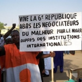 Thusands of people march in Niamey to back Niger's President Mamadou Tandja, who has obtained an extension of his mandate in defiance of his foes and by flouting the international community, 15 Dec. 2009