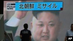 Le leader nord-coréen Kim Jong Un annonce, à la télévision, le test de missiles dans les eaux de la zone économique japonaise à Tokyo, le 4 juillet 2017.