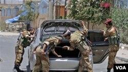 Pasukan keamanan Yaman melakukan pemeriksaan kendaraan di ibukota Sana'a (9/6).