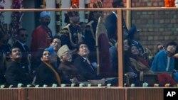 日本首相安倍晉三(左四)最近在訪問新德里期間獲得了印度總理辛格(左三)的特別款待。