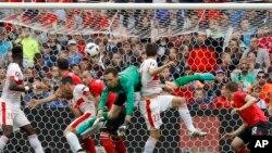 Fabian Schär de la Suisse, au centre, ouvre le score d'une tête sur corner au cours du match du Groupe A de l'Euro 2016 entre l'Albanie et la Suisse, au stade Bollaert à Lens, France, 11 juin 2016. (AP Photo / Frank Augstein)