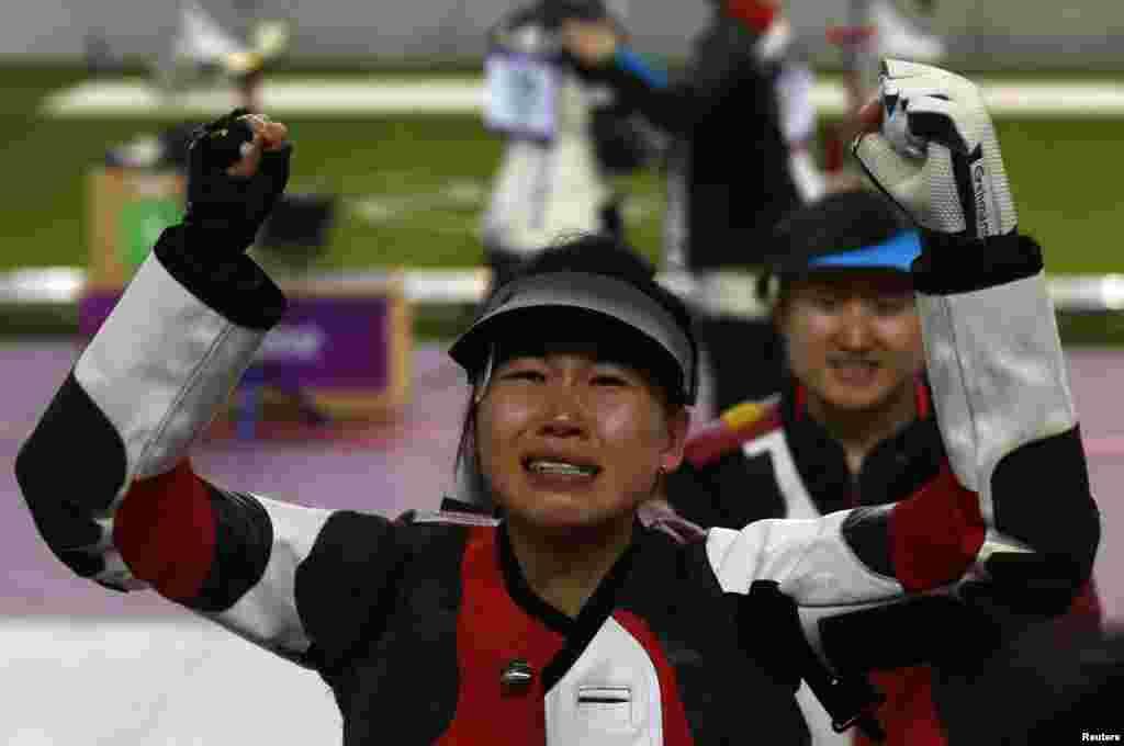 中国队的易思玲7月28日在伦敦2012奥运中赢得女子10米气步枪的金牌,这是她获胜后的表情