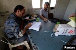 Một thành viên của lực lượng Cảnh sát Cách mạng Tự do đang điều tra vụ nhiễm độc vắc-xin sởi ở Idlib, 17/9/2014.