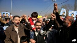 이란 정부 지지자들이 5일 열린 집회에서 반정부 시위대를 규탄하는 구호를 외치고 있다.