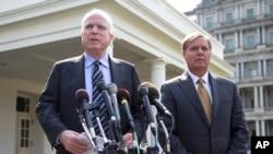 Hai Thượng nghị sĩ John McCain (trái) và Lindsey Graham, sau cuộc họp với Tổng thống Barack Obama 2/9/13