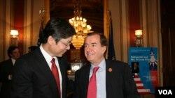 众议院外交委员会主席梅南德兹与台湾驻美代表金溥聪(美国之音钟辰芳拍摄)