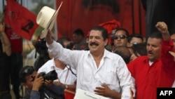 Cựu Tổng thống Hondura Manuel Zelaya, thứ hai từ bên phải, vẫy chào người ủng hộ ở Tegucigalpa, Honduras, Thứ Bảy 28/5/2011